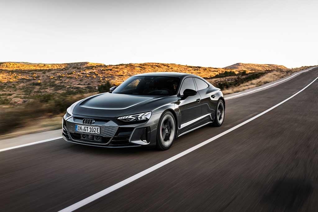 Audi e-tron GT auf einer ländlichen Straße