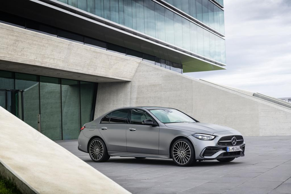 Mercedes-Benz C-Klasse vor Glashaus